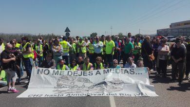 Photo of Más de 400 vecinos de Almodóvar cortan la A-431 para exigir el arreglo de la CH2